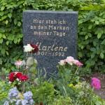 Am Grab von Marlene Dietrich