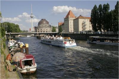 Dampfer auf der Spree in Berlin