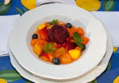 sommerlicher Obstsalat mit Cassissorbet