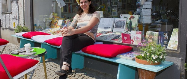 Eleni Efthimiou vor ihrer Buchhandlung