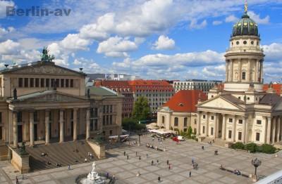 Blick über den Gendarmenmarkt mit Konzerthaus und Französischem Dom.