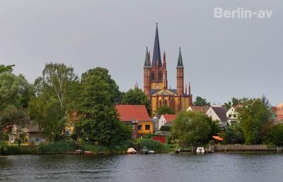 Vorbeifahrt mit dem Dampfer an der Stadt Werder in Brandenburg