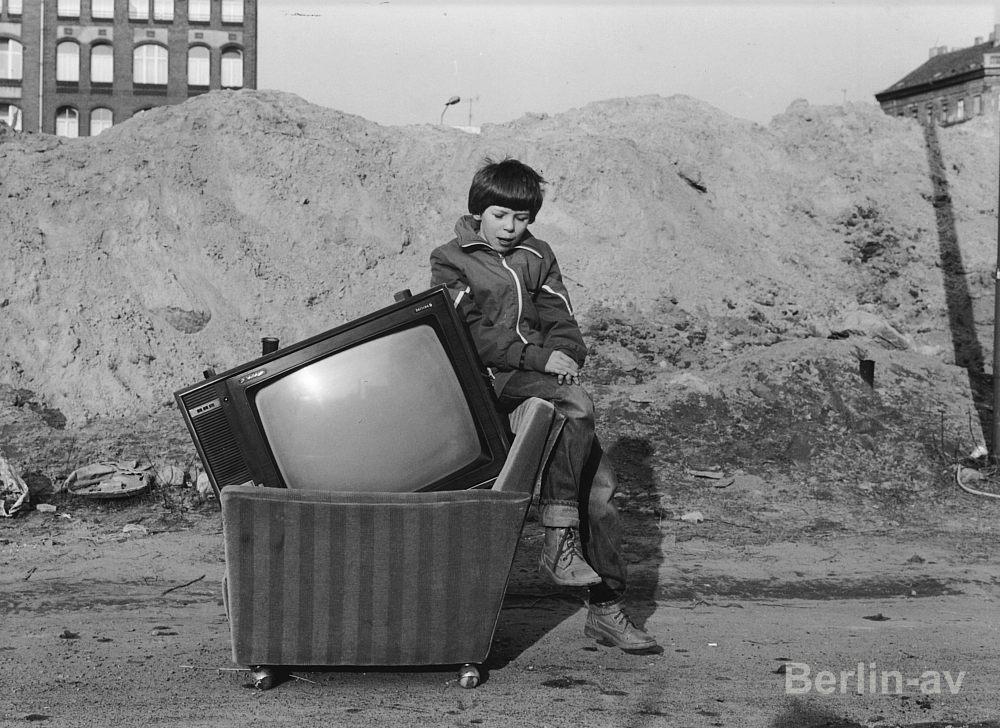 Junge mit Sessel und Fernseher in der Nähe der Naunystrasse