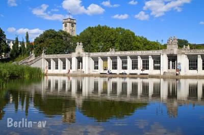 Spiegelungen im Wasser sind ebenfalls reizvoll. Hier Volkspark Wilmersdorf am U-Bahnhof Rathaus Schöneberg