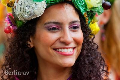 Eine der Teilnehmerinnen am Karneval der Kulturen in Berlin