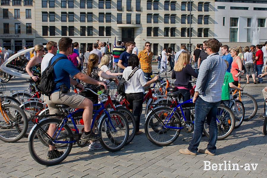 Touristengruppe mit Mietfahrrädern in Berlin