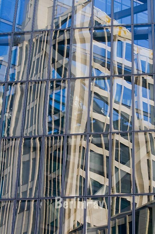 Die Fassade des Beisheim Centers am Potsdamer Platz spiegelt sich in einem Nachbarhaus