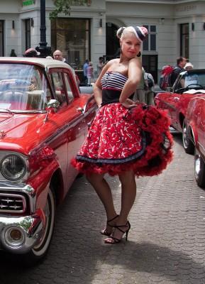 Classic Days Berlin auf dem Kurfürstendamm. Ford Fairlaine von 1959 mit Anastasia im Petticoat.
