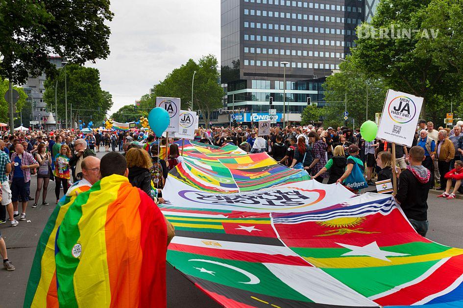 """Eine riesige """"Weltfahne"""" auf dem Christopher Street Day in Berlin 2015"""