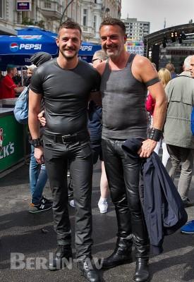 Paar auf dem Lesbisch-schwulen Stadtfest in Schöneberg