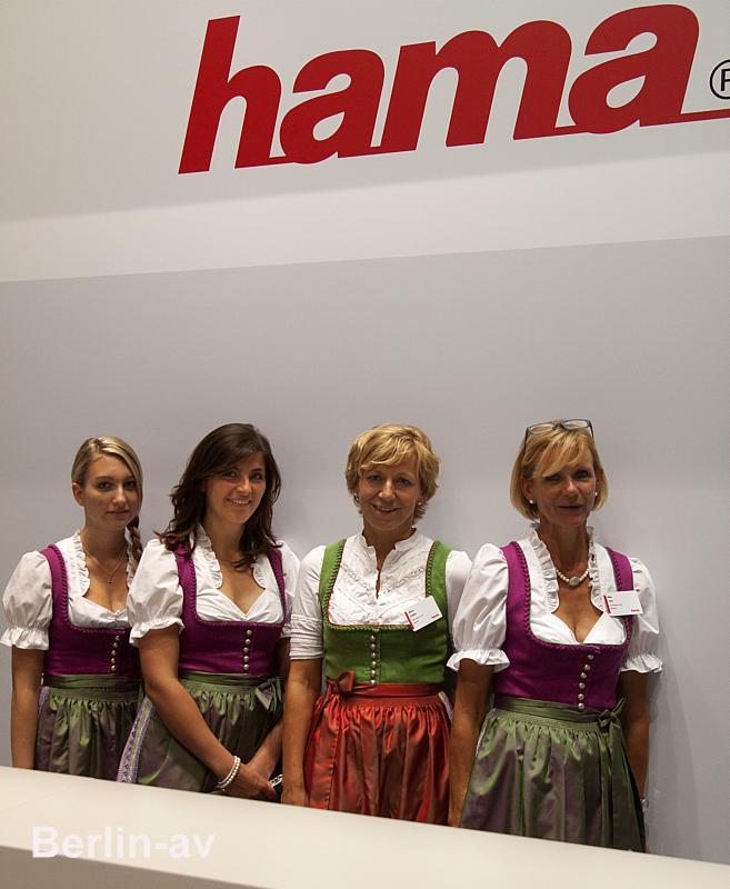 Wunderbar zünftig gekleidet sind die Damen der Firma Hama auf der ITB.
