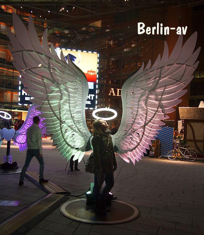Mach ein Foto mit Engelsflügeln. Hier am Marlene-Dietrich-Platz