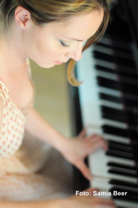 Beatrix Becker am Klavier