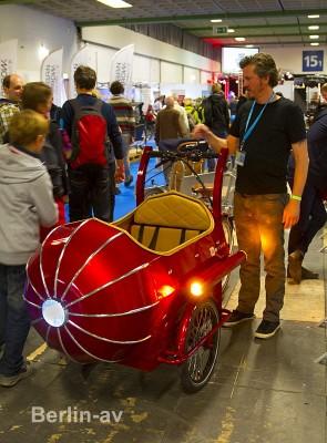 Velo Berlin 2016 - Originelles Transportrad mit zwei Sitzbänken.