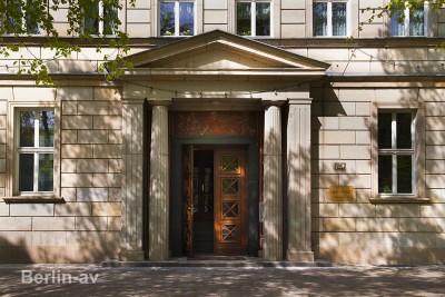 Eingangsportal eines Hauses in der Berliner Karl-Marx-Allee