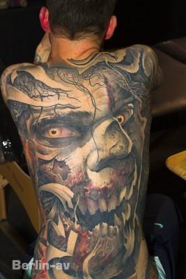Tattoo Convention Berlin - Etwas gruseliges Rückenkunstwerk von Victor Portugal