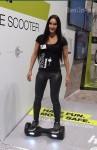 Diese junge Dame präsentiert eines der Hama-Hoverboards