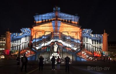 Projektion im Rahmen von Berlin leuchtet auf dem Berliner Konzerthaus