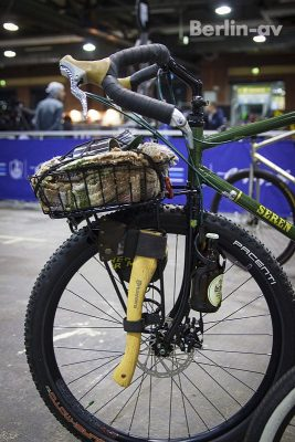 Berliner Fahrradschau 2017 - Beilhalterung und Flashenhalter an einem Rad von Seren Bicyles
