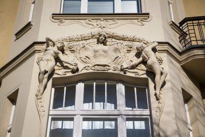Prächtiger Stuck an einem Wohnhaus am Mexikoplatz in Zehlendorf