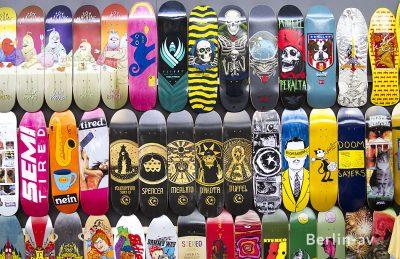 Skateboards in allen erdenklichen Farben und Mustern bei 24/7 Distribution