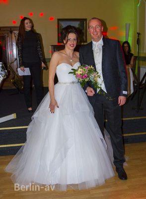 Wunderbare Hochzeitskleider und Anzüge von K. For Men and Bride