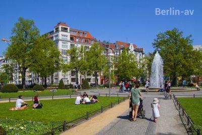 Frühling in Berlin. Der Viktoria-Luise-Platz lädt zum relaxen ein