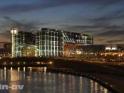 Der Berliner Hauptbahnhof beim Sonnenuntergang