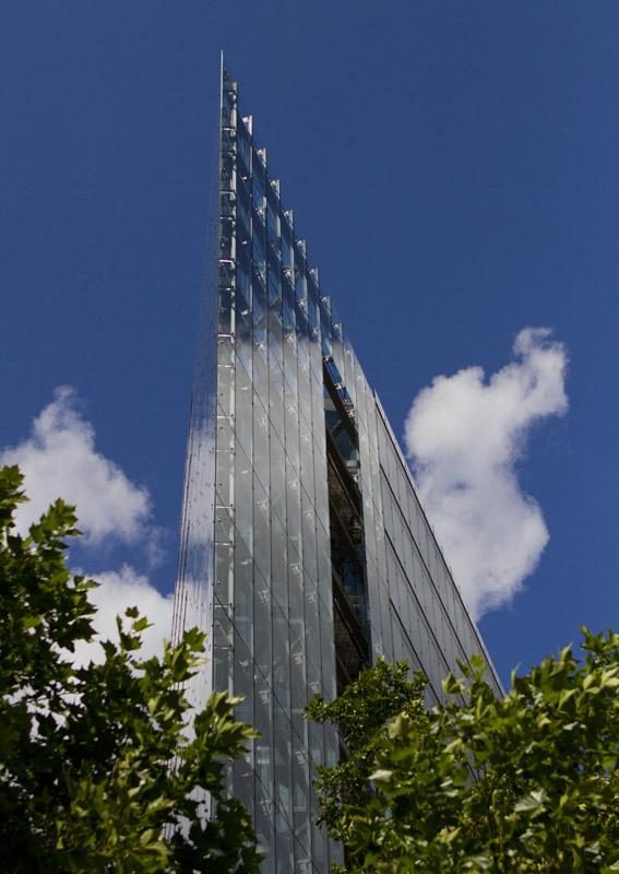 Das Hochhaus des Neuen Kranzlerecks aus einer besonderen Perspektive