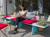 """Eleni Efthimiou vor ihrer Buchhandlung """"Leseglück"""""""