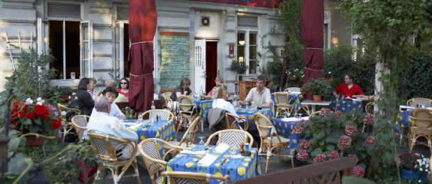 Die Terrasse des Le Piaf in der Charlottenburger Schlossstrasse