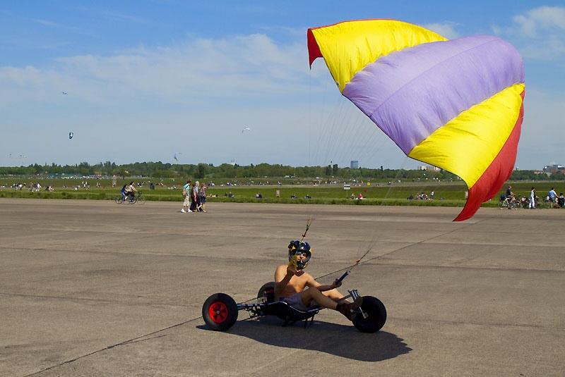 Kitesurfen auf dem Tempelhofer Feld in Berlin