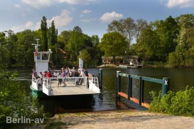 Mit der Fähre gelangt man auf die idyllische Berliner Pfaueninsel