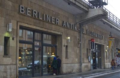 Berliner Antikmarkt in den Szadtbahnbögen an der Friedrichstrasse