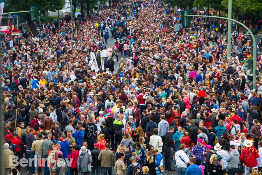 Riesiges Gedränge bei der CSD Parade am Nollendorfplatz