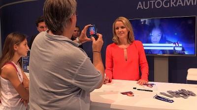 """""""Kontraste"""" Moderatorin Astrid Frohloff gibt bei der ARD geduldig Autogramme. IFA 2014"""