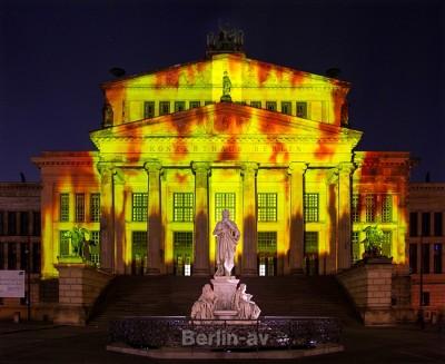 """Ein Highlight von """"Berlin leuchtet"""" ist die Projektion auf dem Konzerthaus am Gendarmenmarkt."""