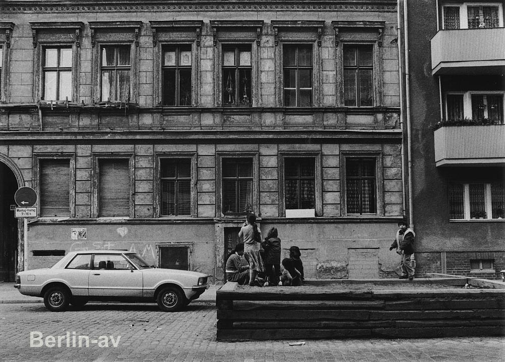 Spielende Kinder in Kreuzberg - Mitte der siebziger Jahre