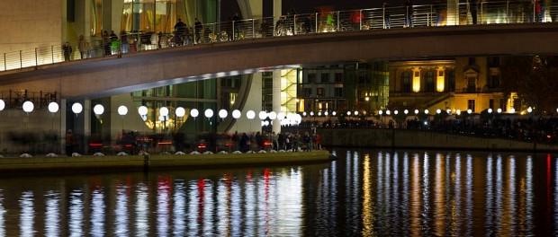 Eine eindrucksvolle Lichtinstallation zeichnete für 3 Tage den Verlauf der Berliner Mauer nach.