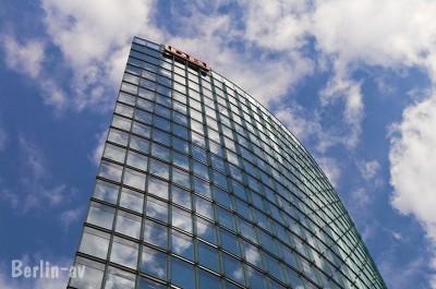 Der Himmel über Berlin spiegelt sich im DB Haus am Potsdamer Platz