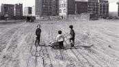 Kinder spielen in den 70er Jahren auf einer Brache in Kreuzberg