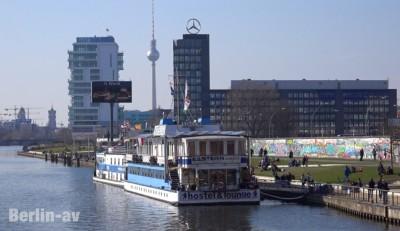 """Neuer Ausblick von der Oberbaumbrücke. """"Living Levels"""" und die Mercedes-Vertriebszentrale"""
