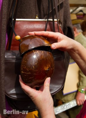 Originelle Tasche auf dem Trödelmarkt am Fehrbelliner Platz