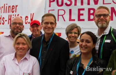 Der Regierende Bürgermeister Michael Müller mit Mitarbeitern der Berliner Aidshilfe