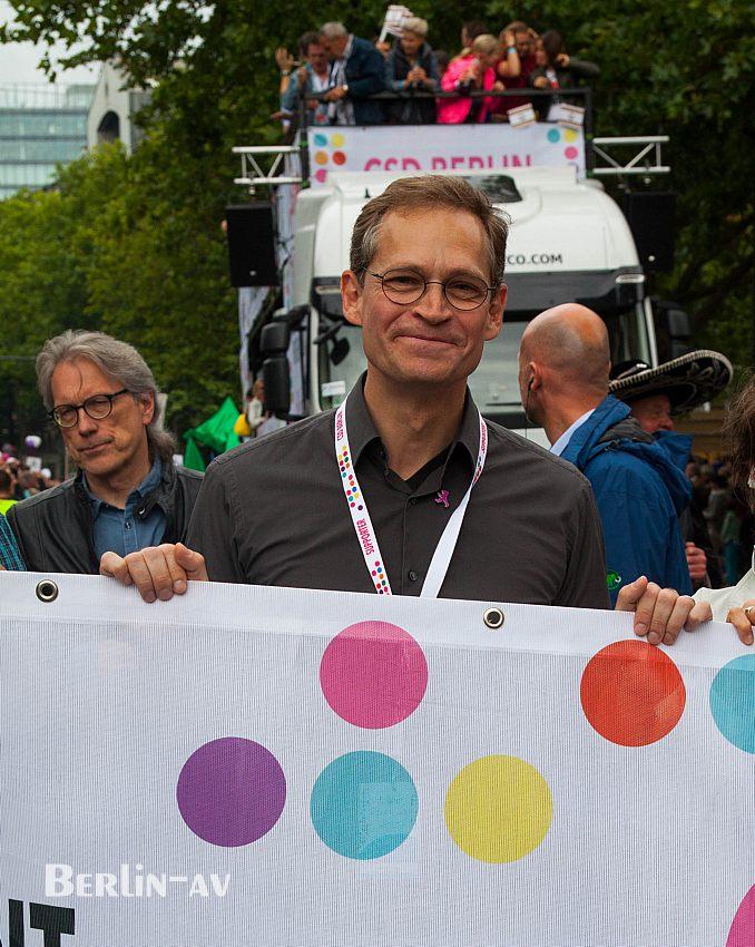Der Regierende Bürgermeister Michael Müller an der Spitze der CSD-Parade in Berlin
