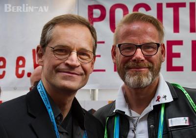 Der Regierende Bürgermeister Michael Müller und Heiko Großer von der Berliner Aidshilfe