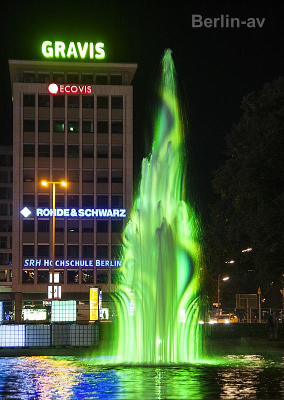 Berlin leuchtet - Von Dietmar Korth (Kaltes Feuerwerk) in Szene gesetzter Springbrunnen auf dem Ernst-Reuter-Platz.