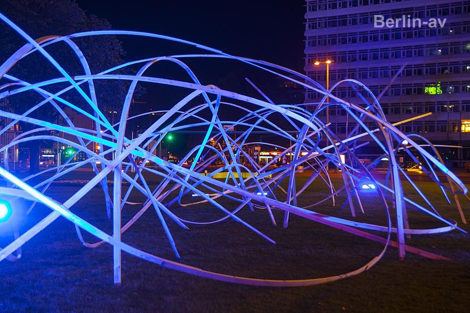 Installation von Studenten der HafenCity Universität in Hamburg. Mit Licht in Szene gesetzt von Berlin leuchtet.