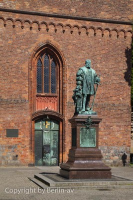 Statue mit Kurfürst Joachim II vor der Kirche