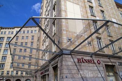 Pfusch am Bau am Straußberger Platz. Zum Schutz vor herabfallenden Fliesen wurden Netze gespannt.